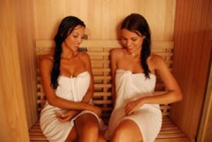 Девушки выводят токсины парясь в сауне