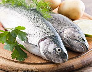 Рыба на разделочной доске