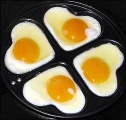 жареные яйца в форме сердечек