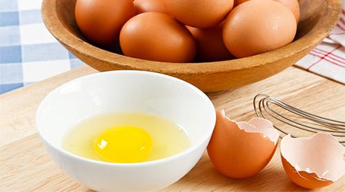 куриные яйца в чашке