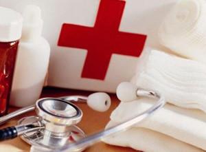 медицинский красный крест, лекарства и стетоскоп