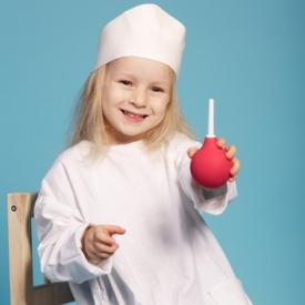 девочка держит в руках резиновую грушу