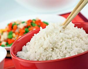 чашка с рисом и овощами