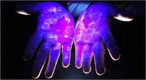 грязные руки под ультрофиолетом