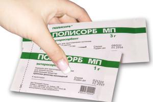 рука девушки держит 2 пакетика «Полисорб МП»