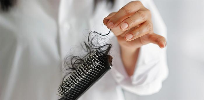 выпавшие волосы на расческе
