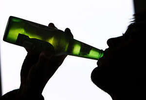 человек употребляет алкоголь