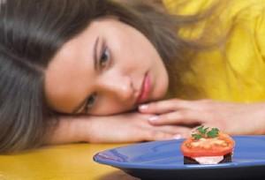 девушка не хочет есть
