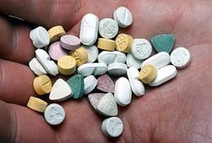 таблетки МДМА в руках человека
