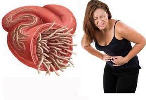 кишечник с паразитами и женщина, у которой болит живот