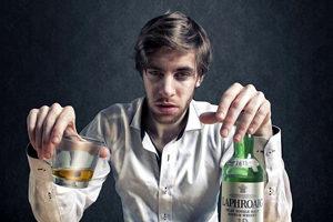 пьяный человек с бутылкой