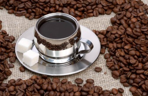 кофейные зёрна вокруг чашки кофе