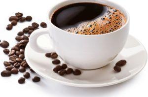 чашка кофе и зёрна вокруг