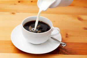 добавление в кружку с кофе молока