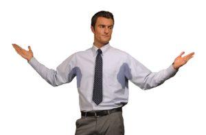 у мужчины на рубашке под руками следы пота