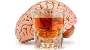 мозг человека и стакан с алкоголем
