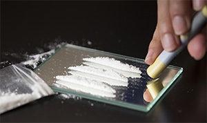 человек нюхает кокаин