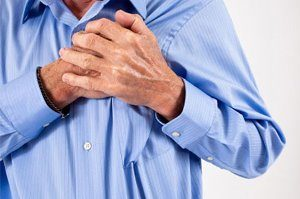 мужчина держится руками за сердце