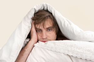 человек в одеяле не может уснуть