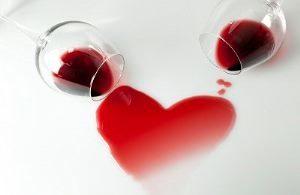 вино пролито из бокала в форме сердца