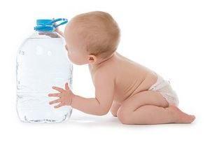 ребёнок и бутылка с водой