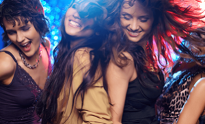 девушки танцуют, приняв ЛСД