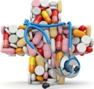 таблетки и витамины выложены в форме медицинского креста