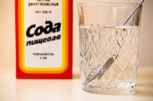 пачка соды и стакан с водой
