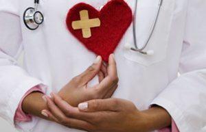 сердце в руках врача-кардиолога