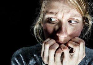 женщина испытывает страх