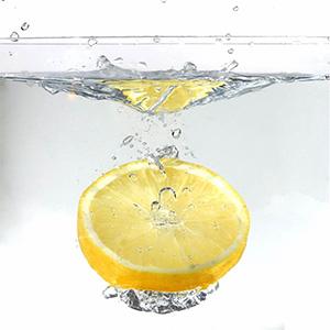 долька лимона в стакане воды