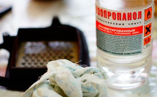 бутылка с изопропиловым спиртом