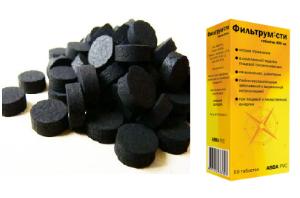 пачка «Фильтрум-СТИ» и горсть таблеток активированного угля