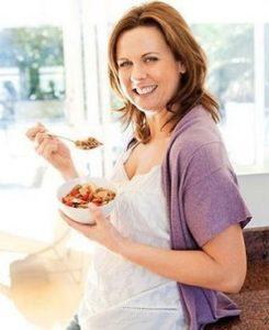 женщина ест овсяный скраб для кишечника