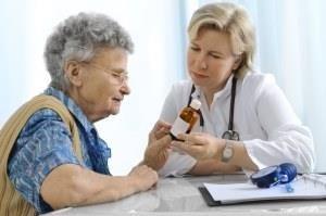 доктор выписывает женщине таблетки