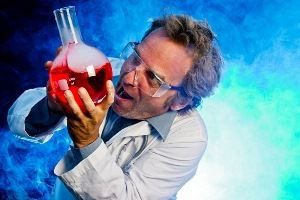 учёный химик с колбой в руках