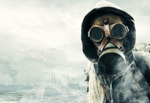 человек в противогазе на фоне поражённого химическим оружием города
