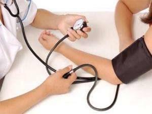 доктор измеряет пациенту артериальное давление