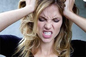 женщина раздражена