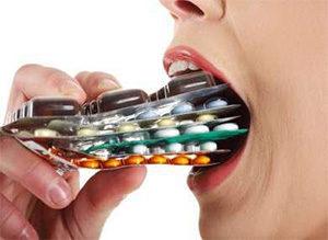 женщина давится таблетками