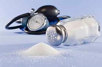 рассыпанная соль на фоне тонометра