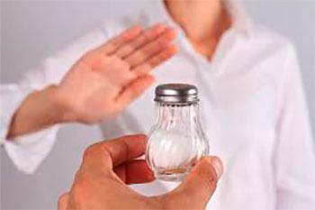 человек отказывается от протянутой к нему руке с солонкой