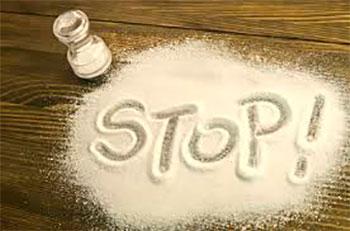 надпись stop на рассыпанной соли