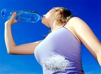 девушка жадно пьёт воду