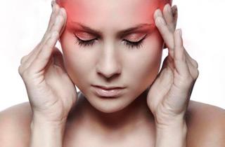 девушка испытывает головную боль
